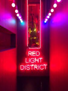 Eingang mit Neonschild ins Rotlichtviertel